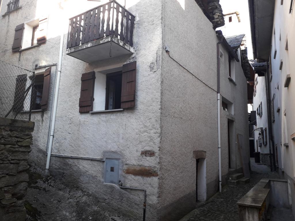 Centro del caratteristico paesino di Albogno casa indipendete con due appartamenti e giardino privato