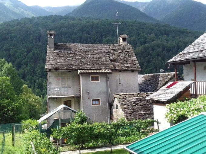 Druogno F.ne Orcesco casa terra tetto con giardino